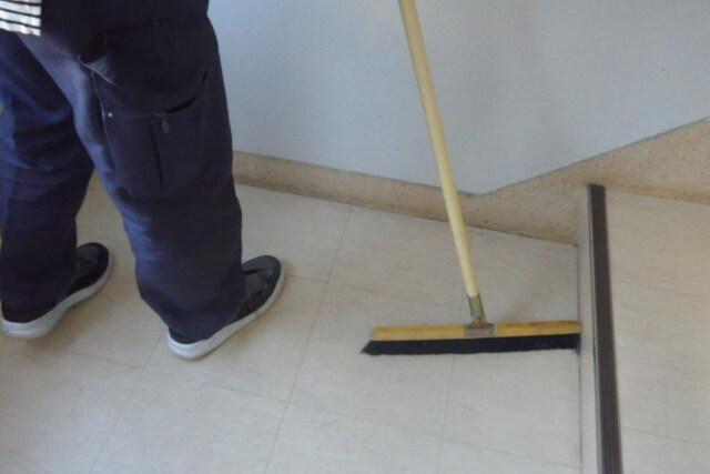 共用廊下・階段の掃き拭き