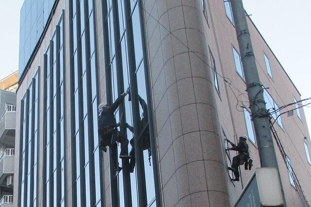 ロープ作業によるガラス清掃
